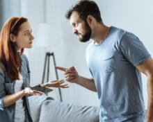 Муж постоянно угрожает разводом: причины угроз и как правильно себя вести