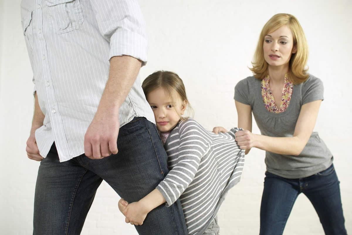 Дочь тянется к отцу