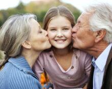 Порядок общения бабушки и дедушки с внуком после развода: правила и юридические рекомендации