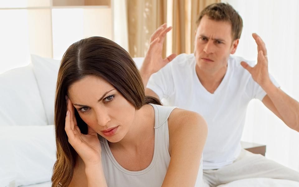 Муж угрожает жене