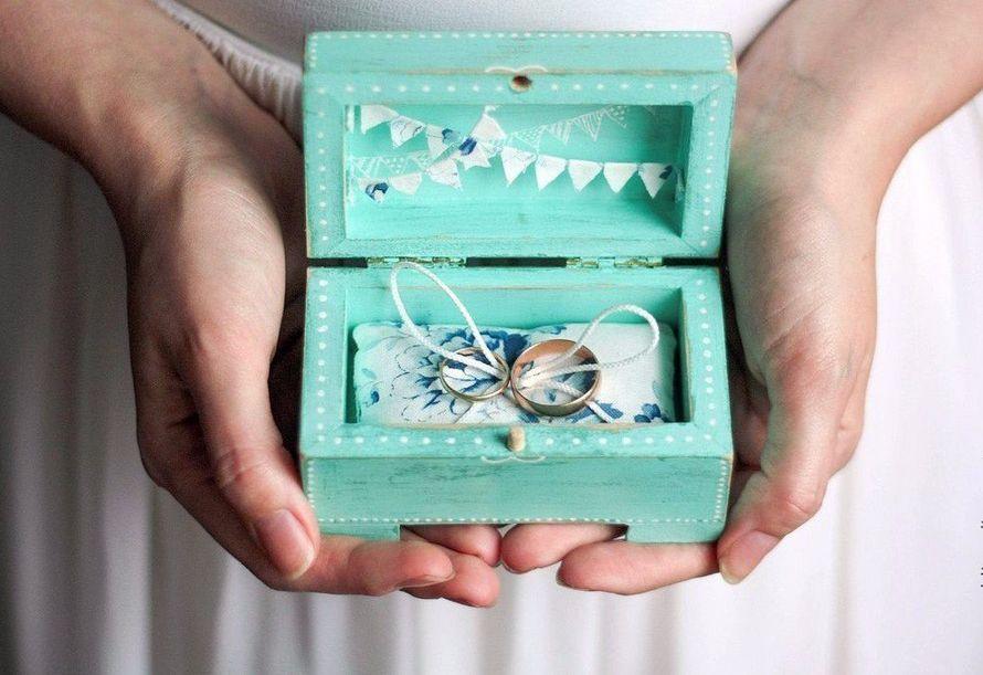 Обручальное кольцо в шкатулке